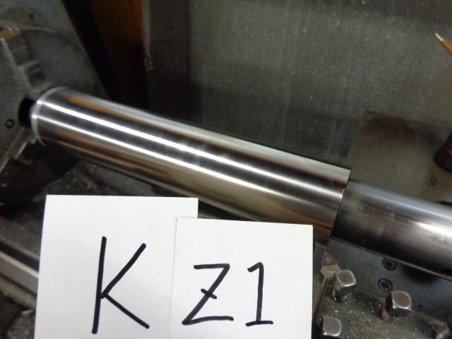 サイレンサーの筒を作ります。当社のマフラーは全体では充分に軽いので、サイレンサーは強度を持たせヘタリが少なくするため、また多少の立ちゴケだと修理できるように、サイレンサーは1mmの厚さのものを使用しています。
