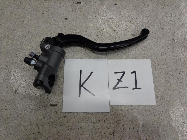 ブレンボのラジアルポンプタイプのマスターシリンダー。ブレーキスイッチがついているものもありますが、好きでないタイプなので機械式のものを作って取り付けます。