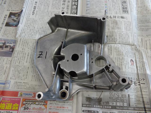スプロケットに干渉する部分を削り終わったところ。このカバーはクラッチのレリーズ機構が組み込まれていて、力がかかるため裏側のボルト取り付け部の根の部分ににクラックが入っていることがよくあります。クラックが入っている時はバフがけ前に溶接し修理します。