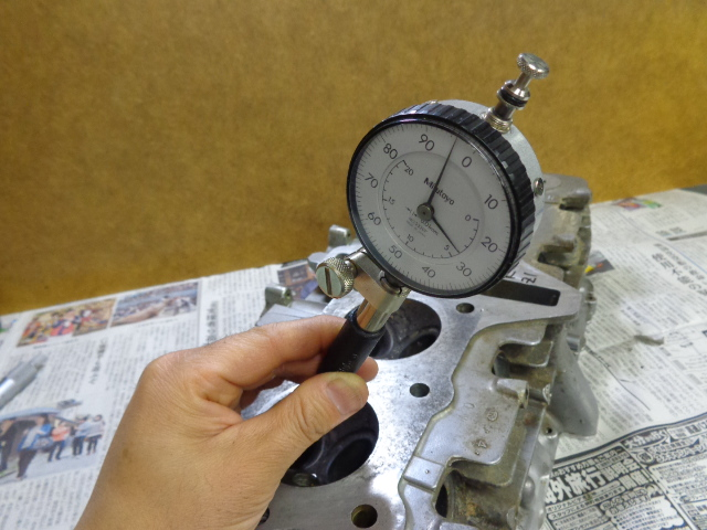 ヘッドを常温まで戻してからガイド穴の内径を測定。一つのガイドの穴に対し6箇所測定します。結構バラつきがあり、ヘッドの下側(ポート側)と縦方向(バイクに乗った時)が大きくなっていることが多いです。またIN側とEX側ではEX側の方が大きくなっています。