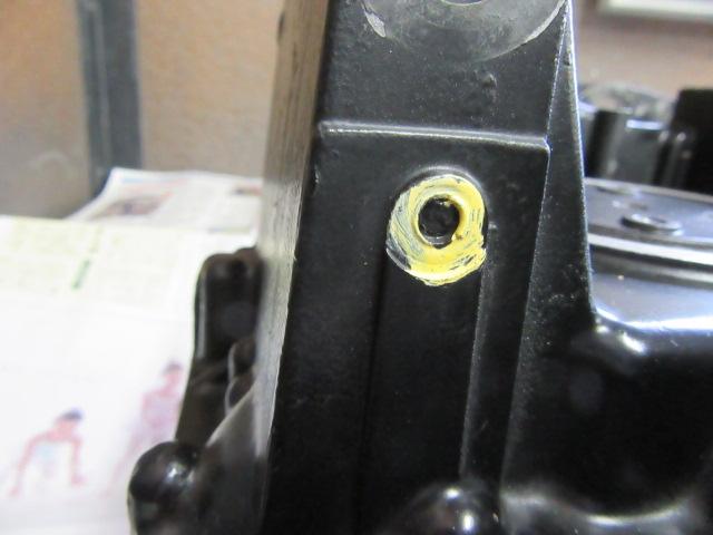 バッテリーのマイナス線がつくところ。これもボルトが残っています。