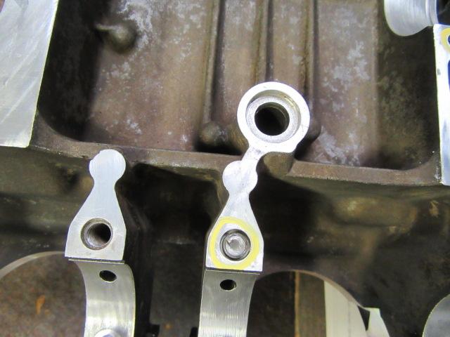 クランクシャフトを固定するM8のボルト。これも残っています。ここはネジロックをつける部分ではないので普通は折れません。よっぽどのダメダメ整備士が組んだのでしょう。