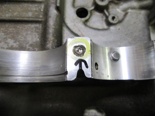 作業して解ったのですが問題の箇所。普通にボルトが折れて、とろうとして失敗しているだけかと思いきや、逆タップが折れこんで残ってしまっていました。このようになると普通のドリルなどでは全く刃が立たず残ったものをとることができなくなります。この写真は少し作業が進んだところ。超硬タイプの刃を使えば普通は削れるのですが、なぜかほんの少ししか削れず刃がすぐにダメになってしまいました。