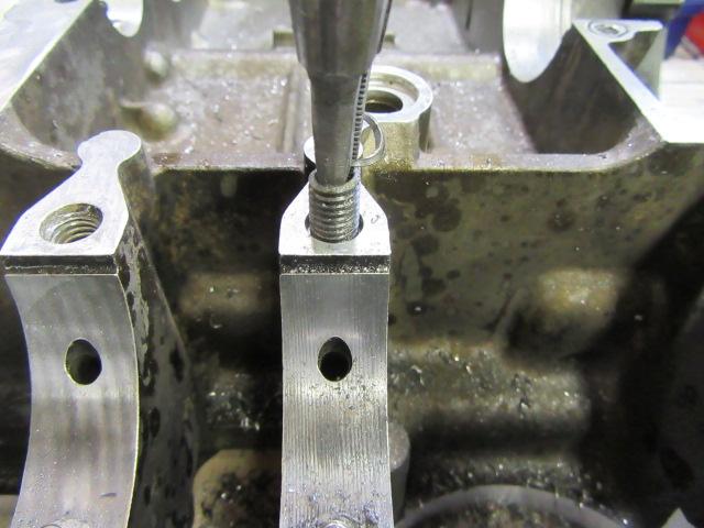 このボルトはセンターに穴を開け上手くボルトを抜くことができました。