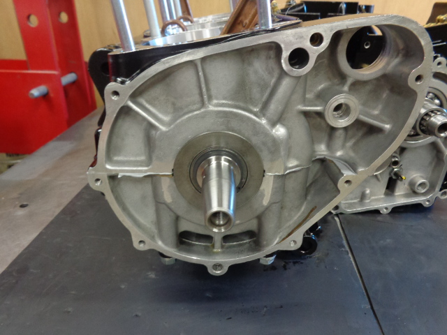エンジンの左側、発電関連と、スタータークラッチまわりの部品がつきます。