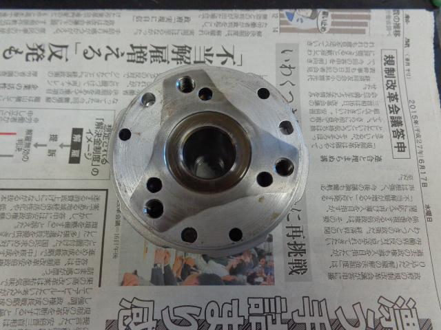 ローター。鉄とアルミで一体の部品ですが、状態が悪いものはその境目にガタがでています。その場合エンジンからコンコンコンとかカンカンカンのような音がでます。解りやすいのはアイドリング時です。悪い場合は交換となります。当然これは大丈夫。ローターはクランクシャフトの変更に合わせ、溝なしに変更しています。