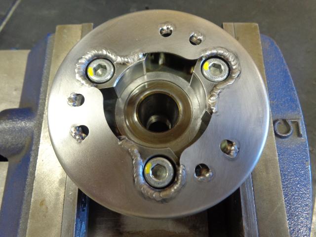 スタータークラッチをローターに組み付けたところ。ボルトは程度が良いので今回は再使用。傷んでいるものも多いです。ネジロックを塗ってトルクレンチを使って締め付け。エンジンの掛け方が悪かったり、バッテリーが悪かったり、セルモーターが悪かったりすると、このクラッチとギヤが(後で紹介します)傷みます。交換すると部品が高いので結構な出費となります。