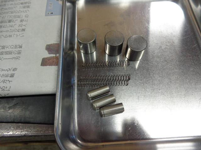 スタータークラッチの内部部品。セルを回した時にしょっちゅう空回りする。という時にこの部品だけ換えてオーバーホールしたと言う人がいますがそれでは治りません。給油してスタークラッチ本体に組み付けます。