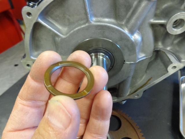 エンジン側を組み付けます。面取りされている方を中側にして組み付けます。