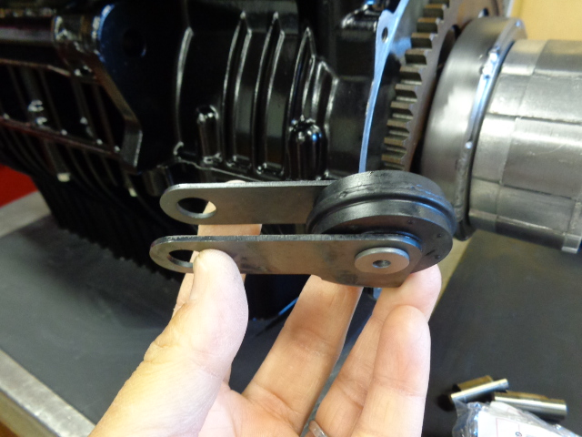 カムチェーンのテンショナー。このエンジンはオーバーホール仕様ですが、その際は純正のテンショナーを使います。チューニング仕様の場合は別の物を使います。