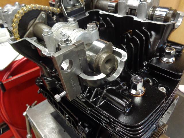 カムシャフトをエンジンに組み付け、冶具を使ってバルブクリアランスを調整します。ヘッド単体の時にあらかじめ仮のクリアランス調整を行っているので、スムーズに作業は進みます。この車両はオーバーホール仕様のエンジンで、アウターシムなので交換は簡単です。