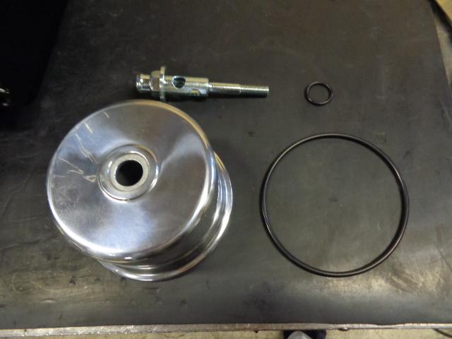 ブリーザーボディとオーリングとボルト。特殊な形状のボルトは再メッキ。このボルトは加工する場合もあります。また過去に締め付け過ぎて穴があいている部分が著しく伸びてしまっている物があります。ここは強く締め付ける必要はありません。少し伸びているぐらいは問題ありませんが、明らかに伸びている場合は交換します。