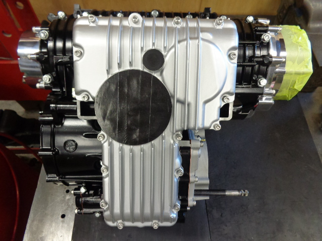 当社ではエンジンを車体に載せるときにフレームに傷をなるべく入れたくないので、出っ張っているフィルターまわりの部品はエンジンを載せた後にとりつけるため、とりあえずマスキングしておきます。オイルのドレンポルトも同様。
