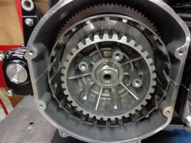 エンジンを再びひっくり返してクラッチを組み付けます。