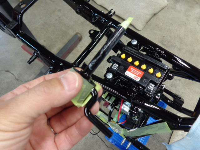 シートロックのレバー。リヤショックをレイダウンして使うので、レバーはいくらか短くしてあります。軸部にグリスを塗って組み付け。