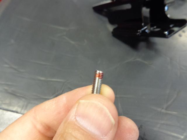 このネジはシートレバーのキーロック取り付けネジ。ネジロックは塗らなくても大丈夫ですが今回は弱いタイプを塗ってます。