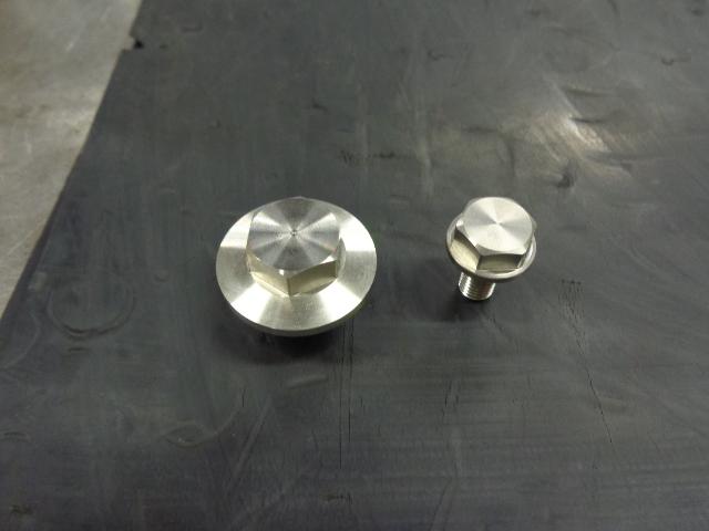 エンジンマウントのボルトを締めた後に、これらボルトをつけます。オイルのドレンボルトとオイルフィルターのドレンボルトです。オイルフィルターもまだつけていません。理由はこれらがついていない方が出っ張りがなくなりエンジン搭載時にフレームに傷が入りにくいためです。このボルトは車体下側についている関係で、とても錆やすいので、ステンレスの削り出しで製作しています。