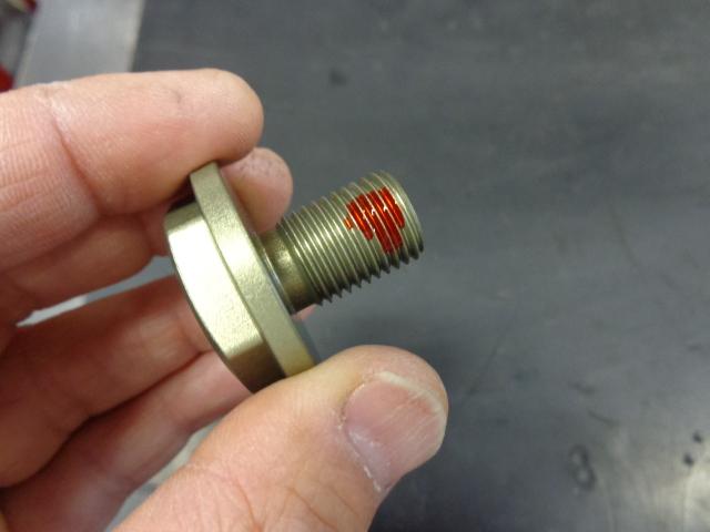 トップブリッジのボルトはアルミ製。このボルトは強く締める部品ではないのですが、わりと緩みやすいので、弱いネジロックを塗って組み付けています。